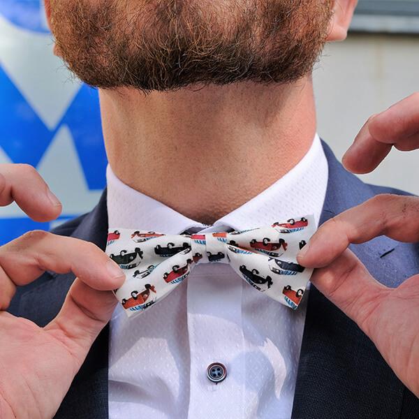 Modische Akzente setzt man mit schmalen Krawatten, Fliegen, Einstecktüchern und Hosenträgern.