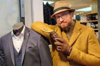 Männliches Model mit einem Mantel von Benvenuto und einem kuscheligen Pullover von Pierre Cardin.