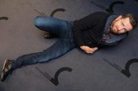 Männliches Model mit Hemd und cooler Jacke von Colours & Sons, Jeans von Pierre cardin und Schuhe von Hugo Boss