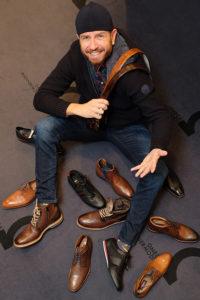 Männlcihes Model hat die Qual der Wahl an Schuhen